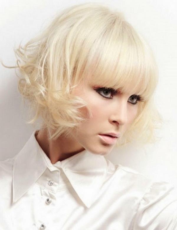 Vrouw kijkt schuin weg met een kort ultra blond krullend bobstyle kapsel door blondme behandeling