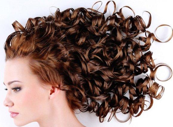 Vrouwen hoofd vanaf de zijkant met prachtige digital perm krullen